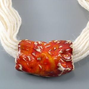 Naszyjnik z wełny z ceramiką, pomarańczowy rulon