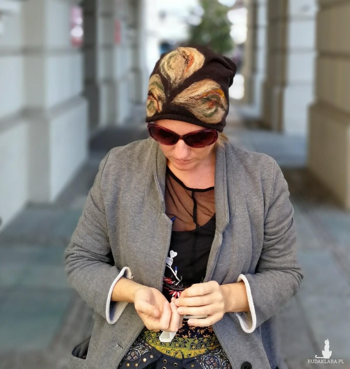 czapka wełniana damska czarna z liścmi