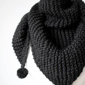 Chusta czarna z pomponami robiona na drutach