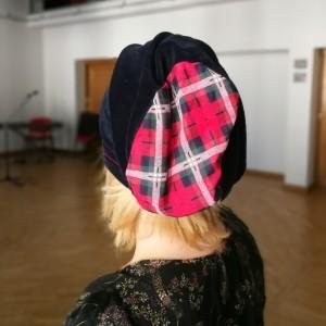 czapka granatowa ze szkocką kratą niby aksamitka damska