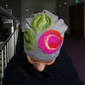 czapka wełniana filcowana szara zimowa handmade w kwiaty na podszewce