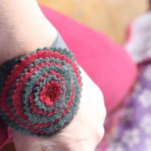 bransoletka z kwiatem na rękę
