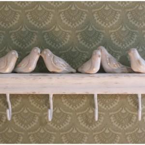 Wieszak z białym ptakami na 4 haczyki