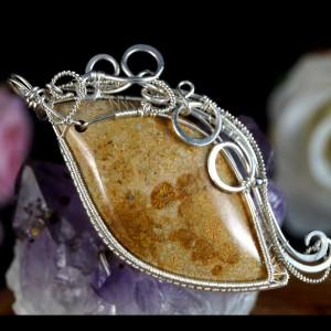 Srebrny wisior ze skamieliną koralu, beżowy
