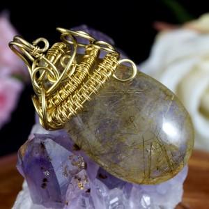Kwarc z rutylem, Mosiężny wisiorek z kwarcem z rutylem, ręcznie wykonany, prezent dla niej, prezent dla mamy, prezent urodzinowy