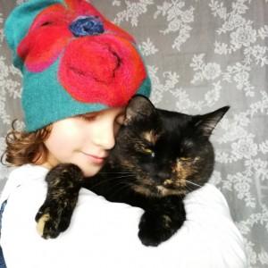 czapka wełniana ciepła miła z kwiatem dla dziewczynki