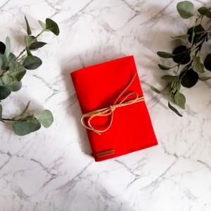 Filcowa okładka na książkę , A4 czerwona.