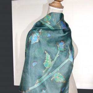 Niebieskie róże na ciemnozielonym tle, jedwabna chusta ręcznie malowana