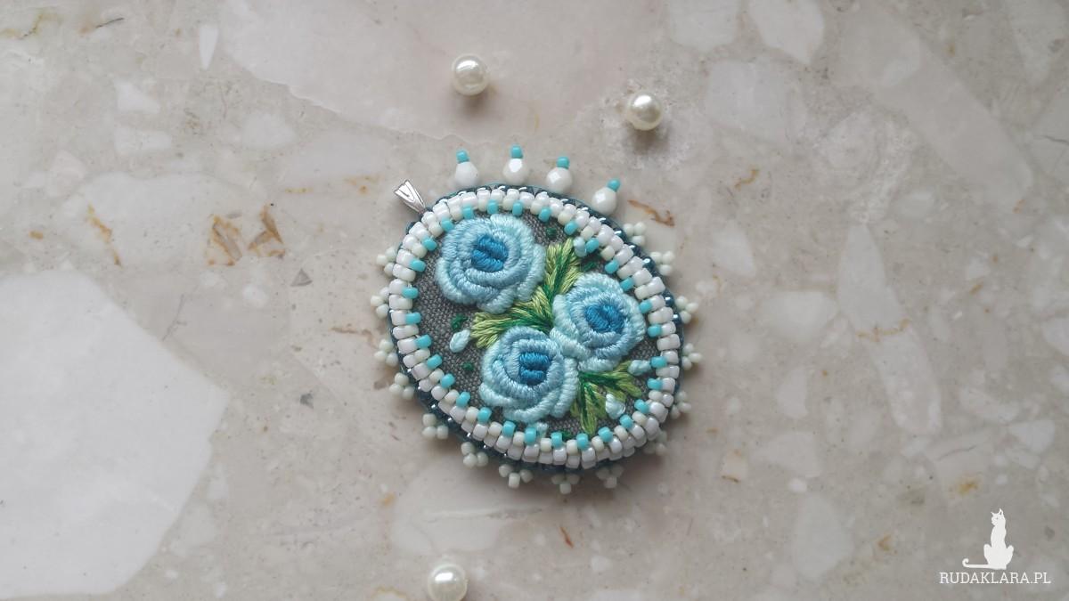 Zawieszka haftowana: Niebieskie róże