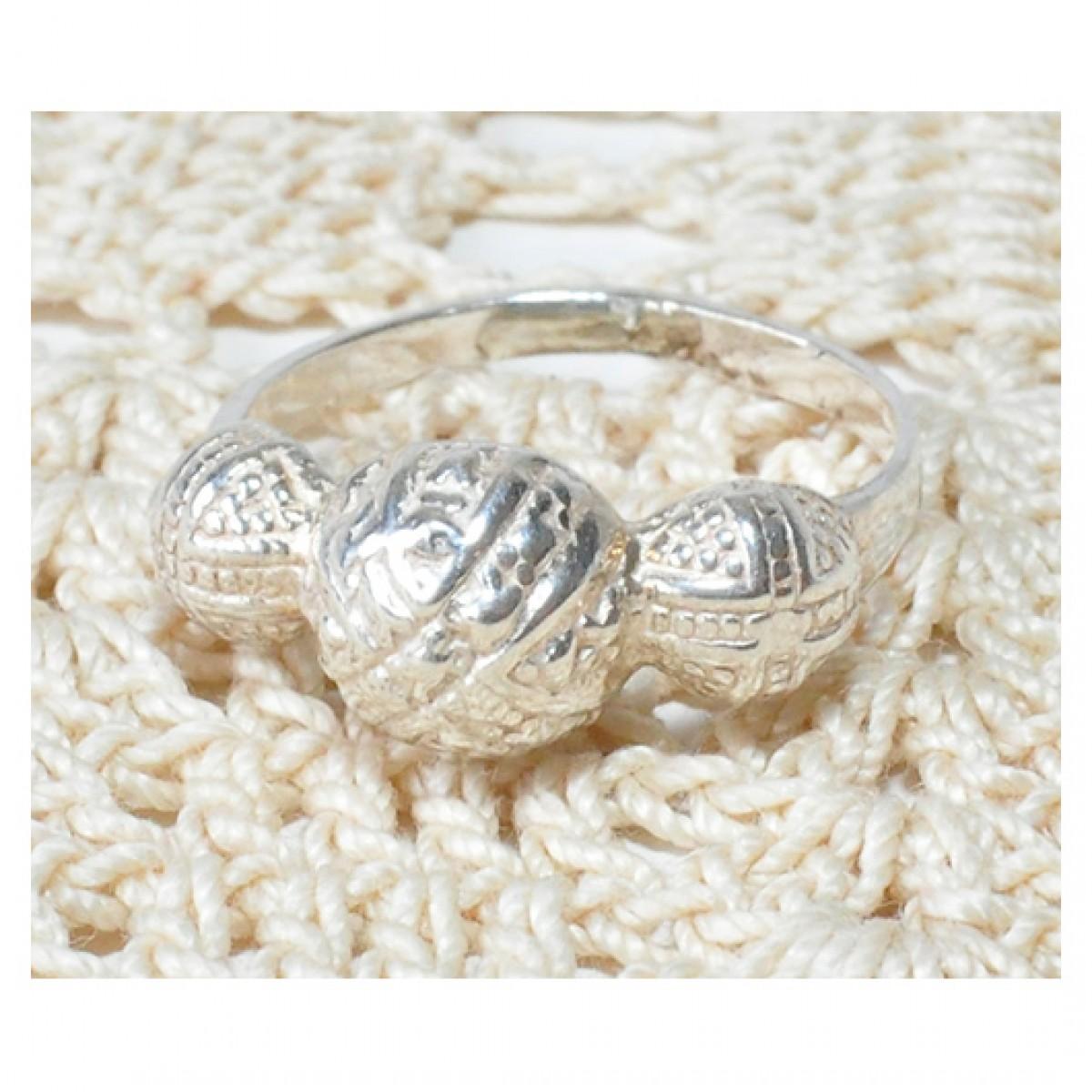 47 pierścionek vintage, srebrny, delikatny pierścionek, trzy małe kopułki; sygnowany;