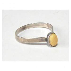 48 pierścionek vintage, srebrny, delikatny pierścionek, oryginalny, ciekawy kształt; sygnowany, z kamykiem;