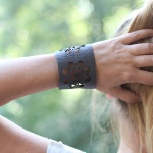bransoletka ze skóry w folkowe dziury