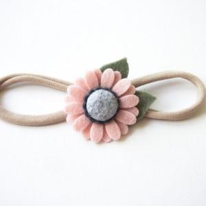 Opaska do włosów z kwiatuszkiem pudrowy róż