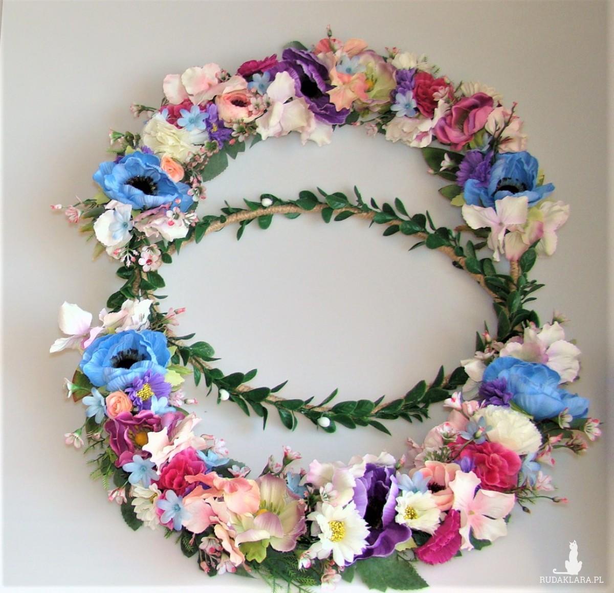 Wianek kwiatowy, ring dekoracyjny, ślub, ścianka za parą młodą, sesja zdjęciowa
