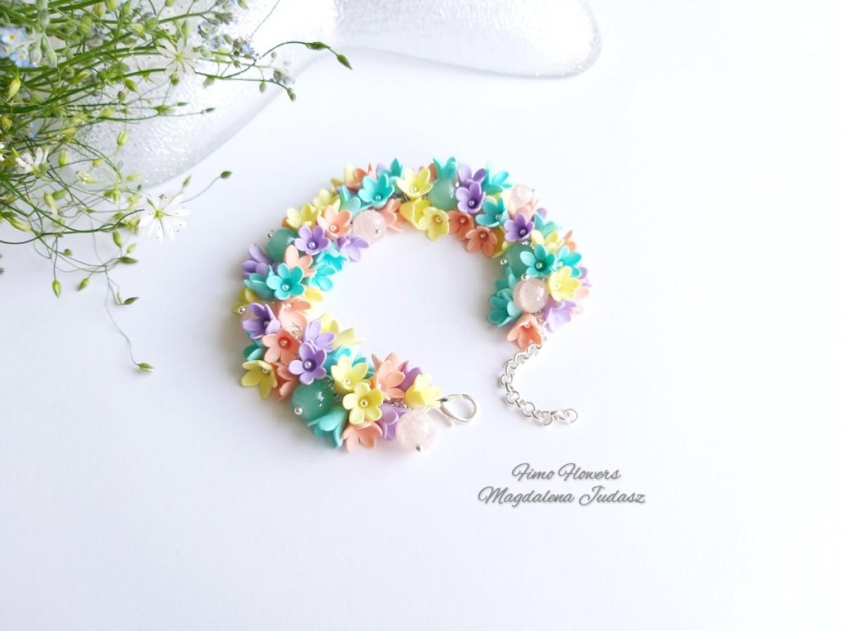 Bransoletka z pastelowymi kwiatami