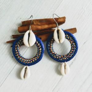 Kolczyki z muszelkami kauri z linii Round Ethnic kobaltowe