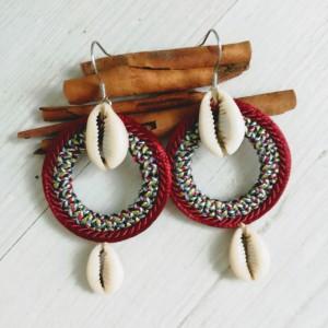 Kolczyki z muszelkami kauri z linii Round Ethnic bordowe