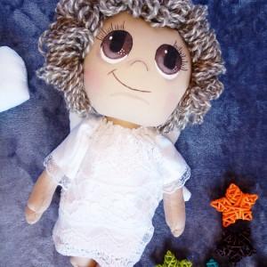 Lalka anioł stróż z włosami z wełny owczej
