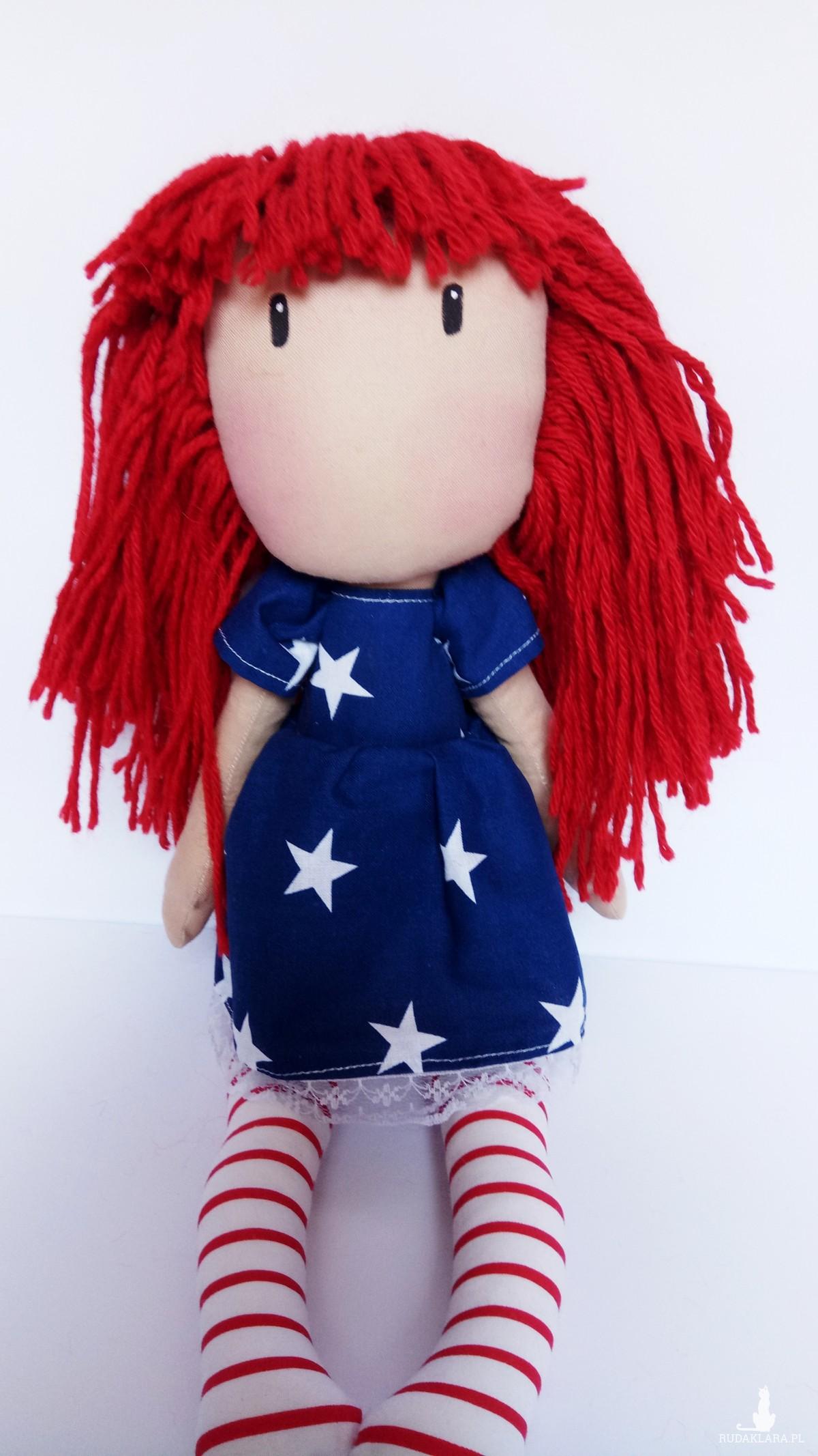 lalka przytulanka z czerwonymi włosami