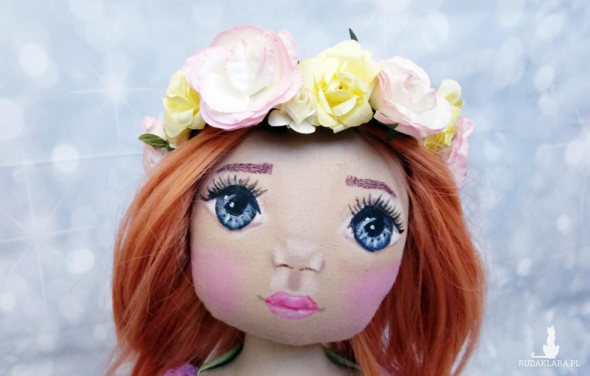 Lalka z wiankiem na włosach