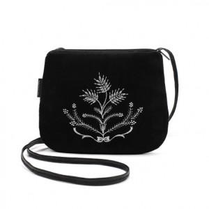 Mała czarna torebka z białym haftem