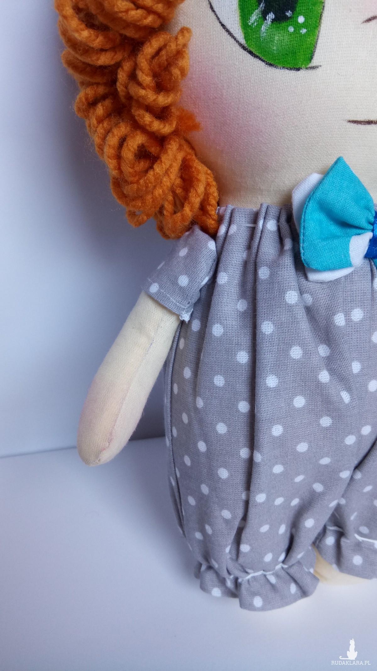 Lalka chłopiec w niebieskiej muszce