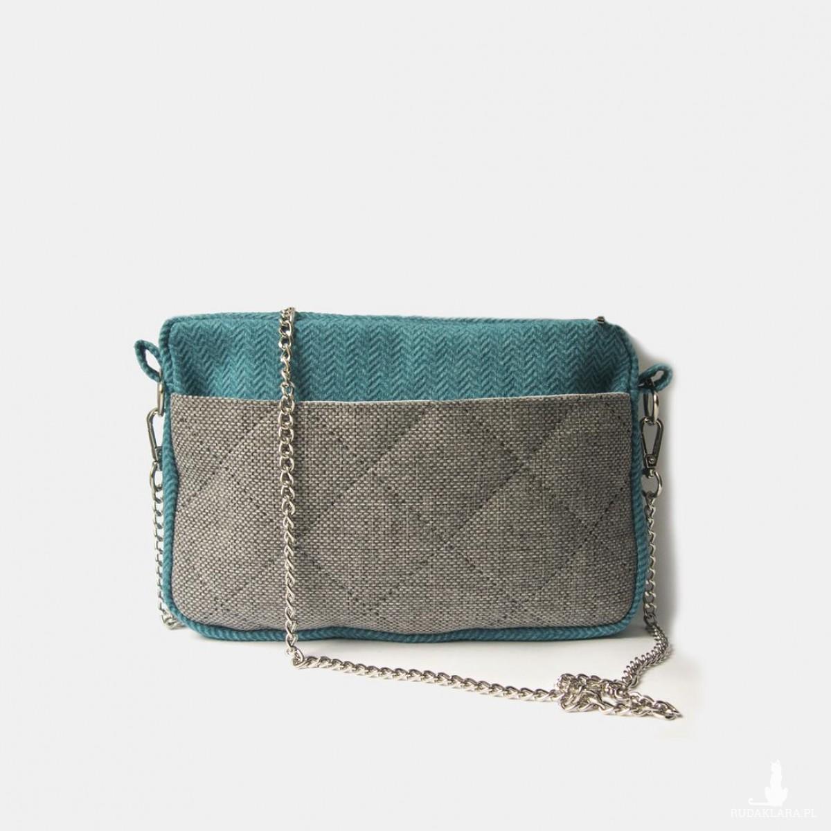 Mała torebka w jodełkę na srebrnym łańcuszku
