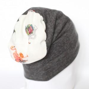 szara dzianinowa czapka z flamingiem