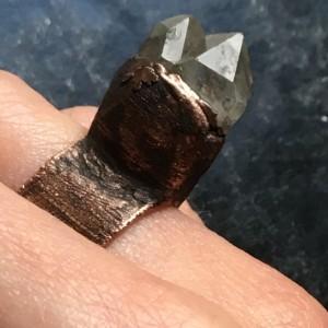 miedziany pierścień z kryształem górskim r.15