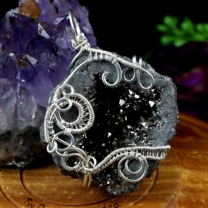 Srebrny wisior z geodą agatu pokrytą tytanem, prezent dla niej, prezent dla mamy, biżuteria ręcznie robiona.