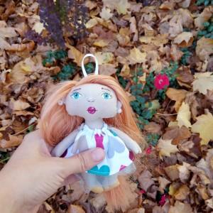 Lalka mini w sukience serduszkowej