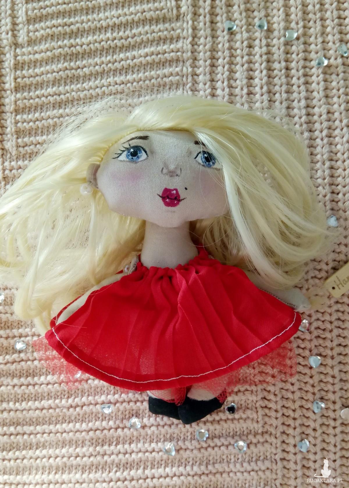 mini laleczka w czerwonej sukience