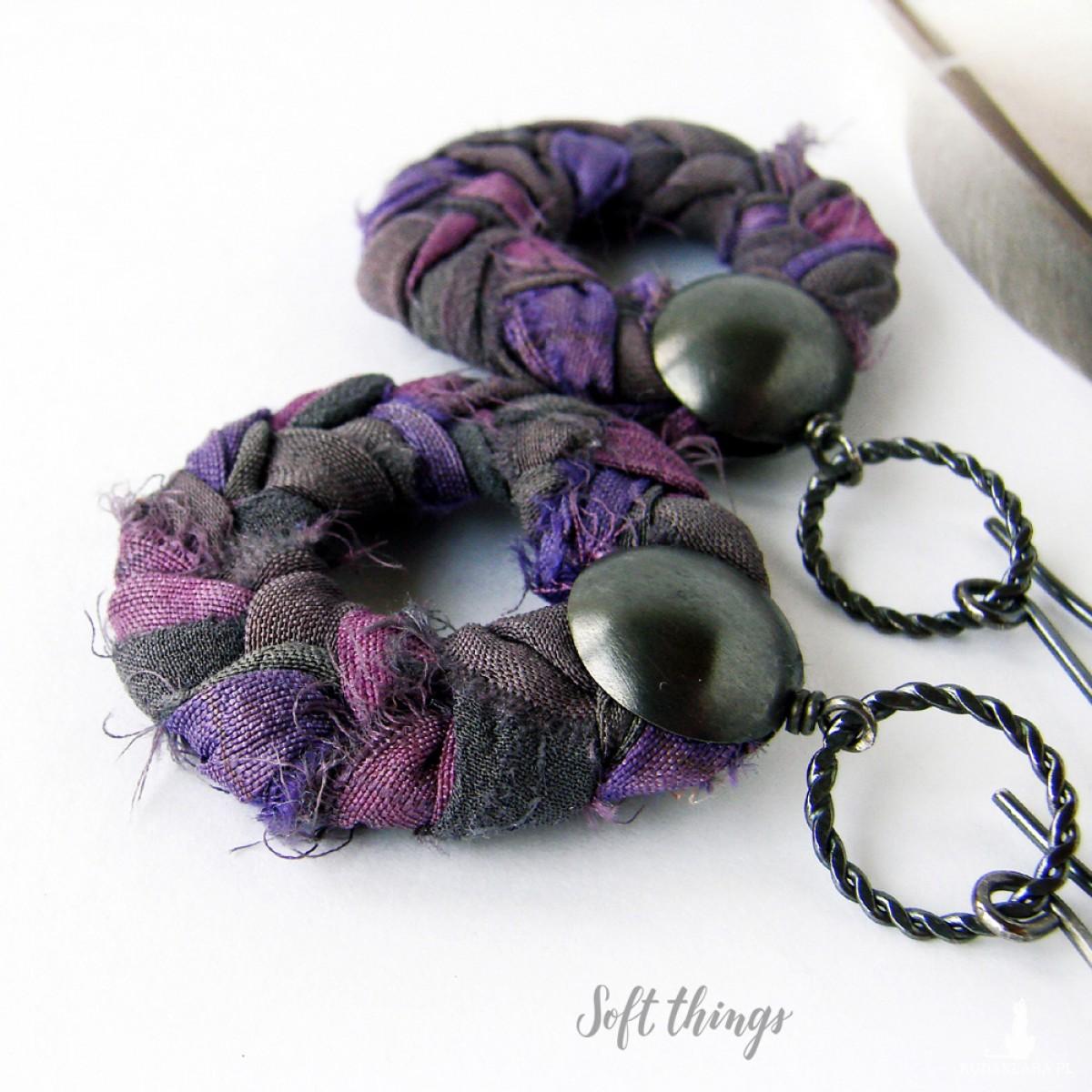 Warkocze w fioletach - srebrne kolczyki koła z jedwabiem