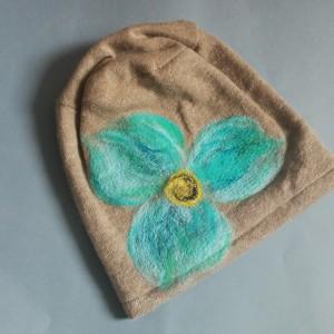 czapka wełniana filcowana bez zimowa handmade w kwiaty na podszewce