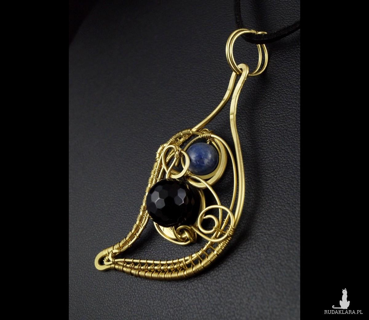 Onyks i kyanit, Mosiężny wisior z onyksem ręcznie wykonany, prezent dla niej, prezent dla mamy, prezent urodzinowy, niepowtarzalna biżuteria