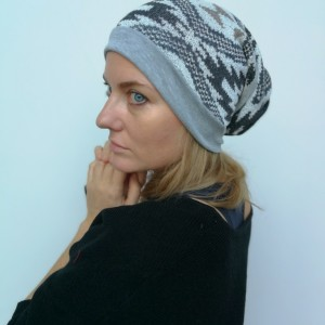 czapka damska we wzory w stylu norweskim w odcieniach szarości handmade