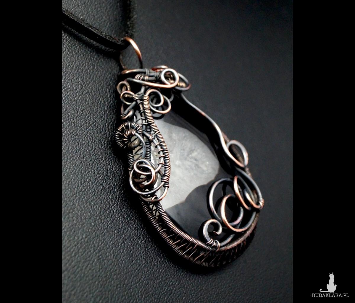 Agat, Miedzinay wisior z agatem czrano białym, ręcznie wykonany, prezent dla niej, prezent dla mamy prezent urodzinowy biżuteria autorska