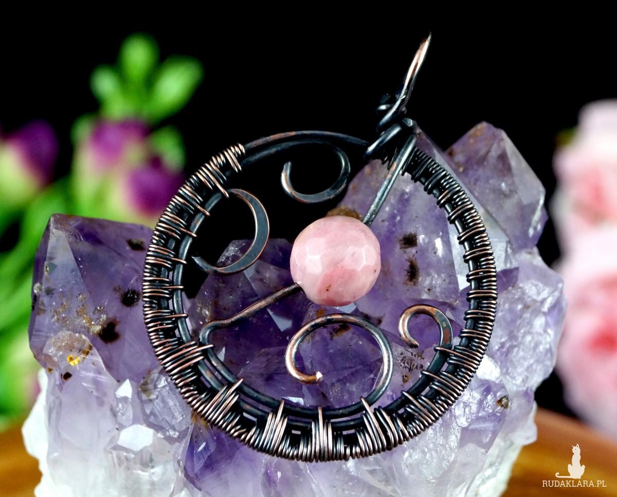 Miedziany wisior z rodochrozytem, ręcznie wykonany prezent dla niej prezent dla niego, prezent urodzinowy biżuteria autorska