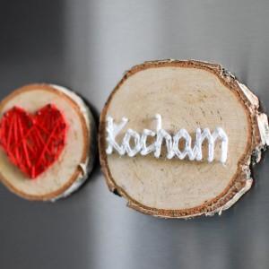 2 drewniane magnesy na lodówkę: Kocham i serce