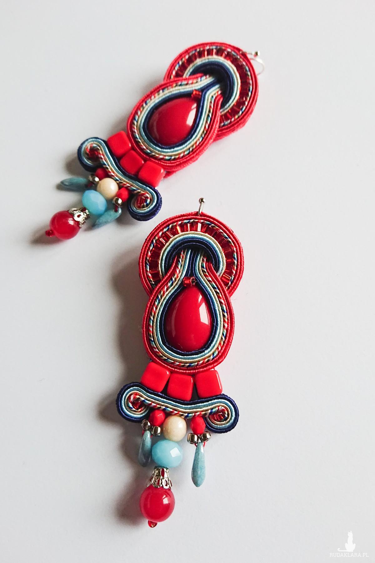 Czerwone kolczyki z kremowo-niebieskimi akcentami
