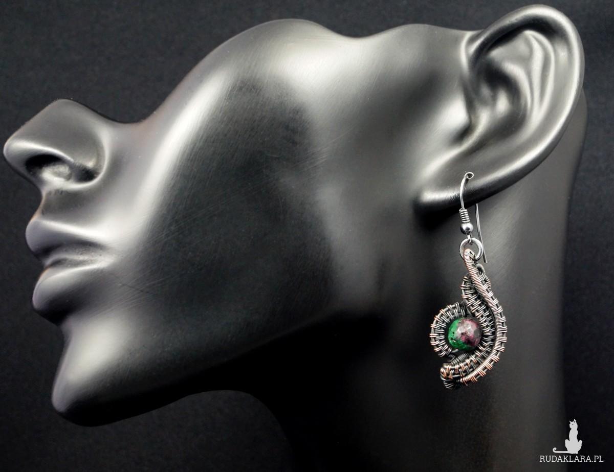Rubin, Miedziane kolczyki z rubinem w zoisycie, patynowane, ręcznie wykonane, prezent dla niej, prezent dla mamy, prezent urodzinowy,