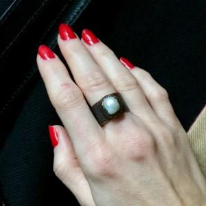 miedziany pierścień z białą perłą r.15