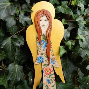Ludowy anioł drewniany do powieszenia, wzór kaszubski, anioł w ludowe kwiaty
