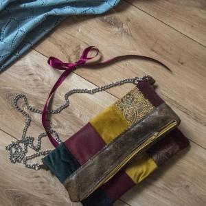 Mała haftowana składana torebka na łańcuszku