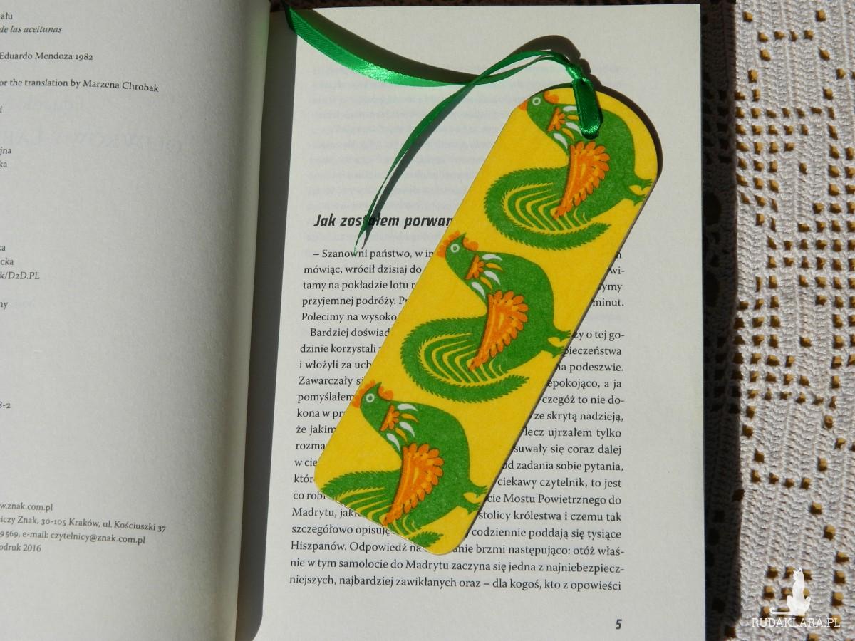 Zakładka książkowa z drewna żółto-zielona, ludowe koguty, łowicka wycinanka, styl etno boho folk
