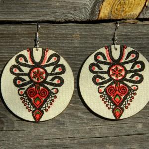 Kolczyki drewniane z wzorem parzenicy na jasnym tle, podhalański wzór ludowy, biżuteria boho etno folk, duże kolczyki koła