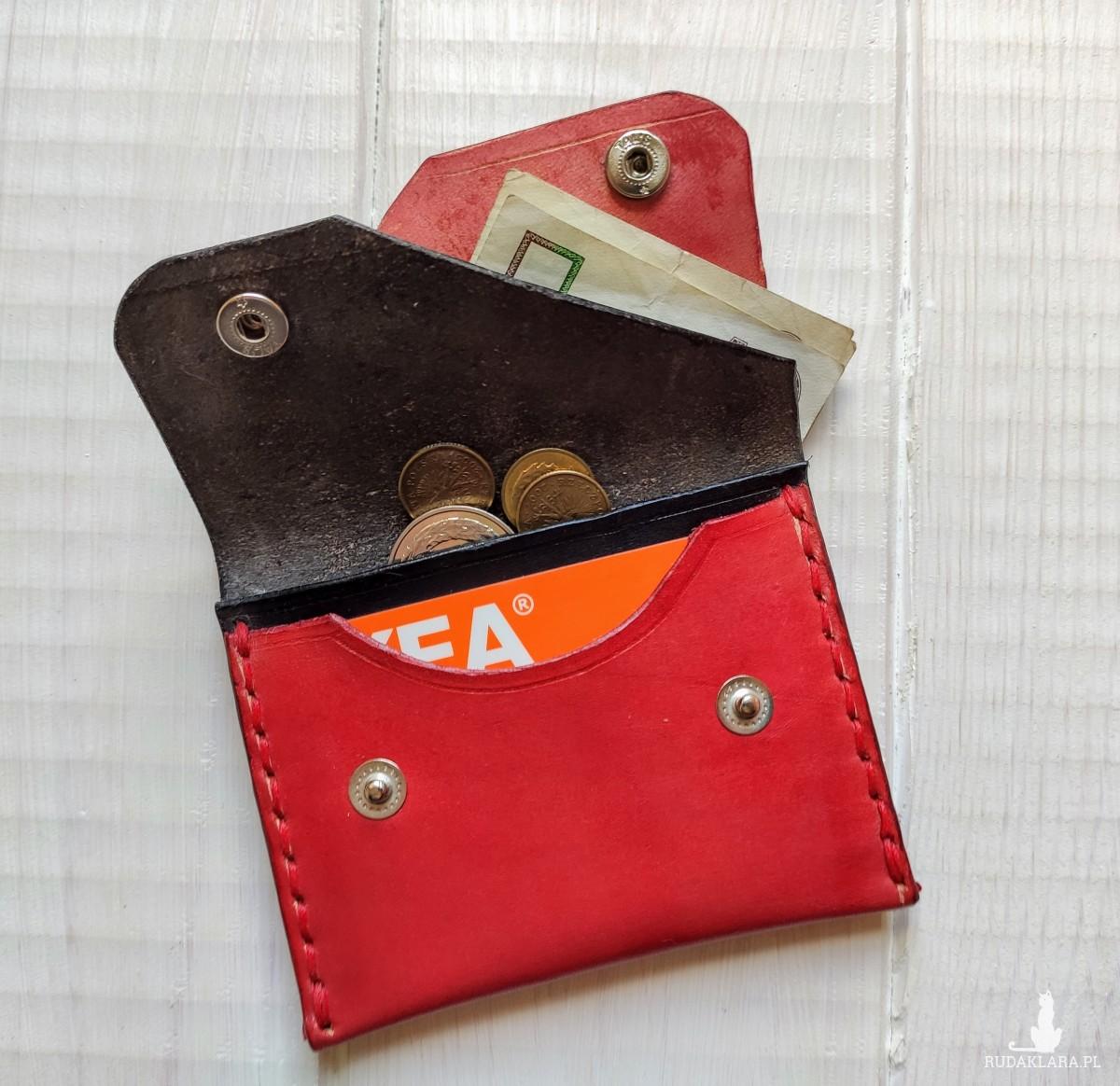 Minimalistyczny portfel czerń i czerwień