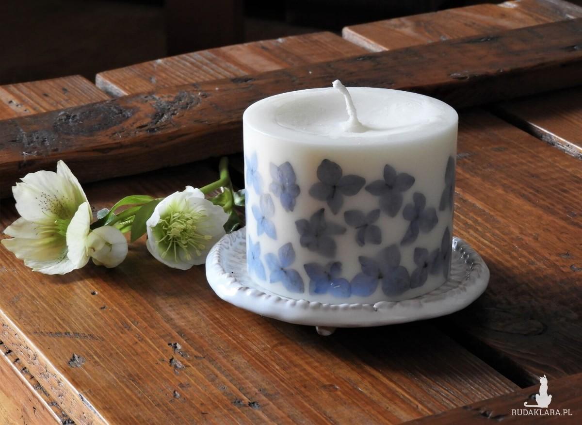 Ekskluzywna świeca sojowa KARiTEe z kwiatami