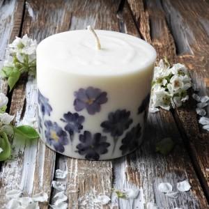 Duża, sojowa świeca KARiTEe z kwiatami