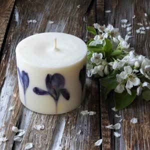 Ekskluzywna sojowa świeca KARiTEe z kwiatami